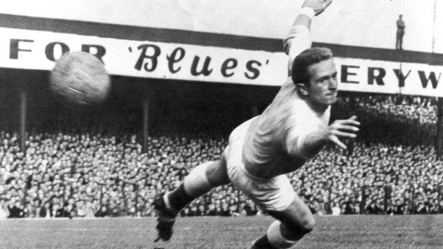 Harry Gregg en pleine action lors du match entre l'Irlande du Nord et l'Ecosse à Windsor Park le 3 octobre 1959. [AP - Keystone]