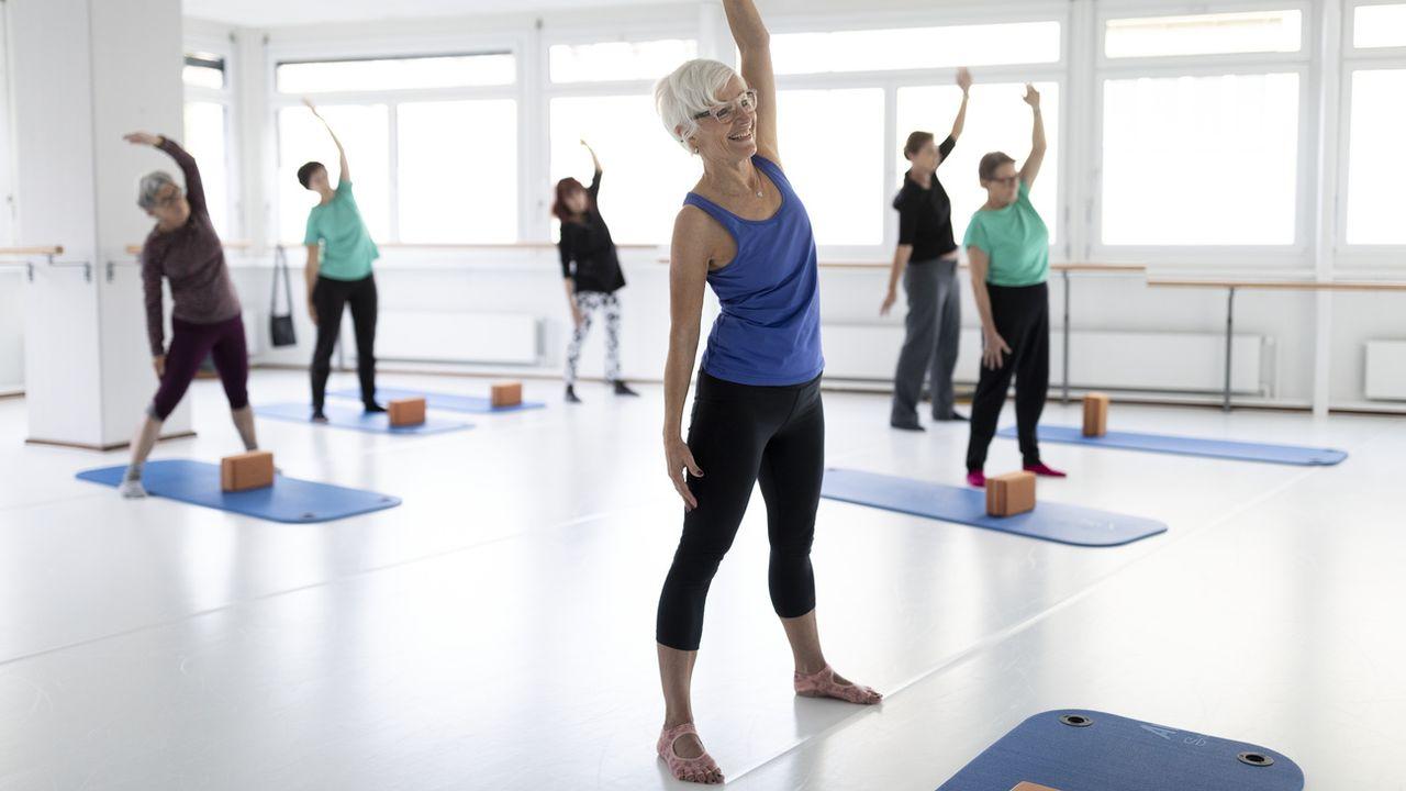 Une leçon de Pilates organisée par Pro Senectute à Lucerne. [Gaëtan Bally - Keystone]