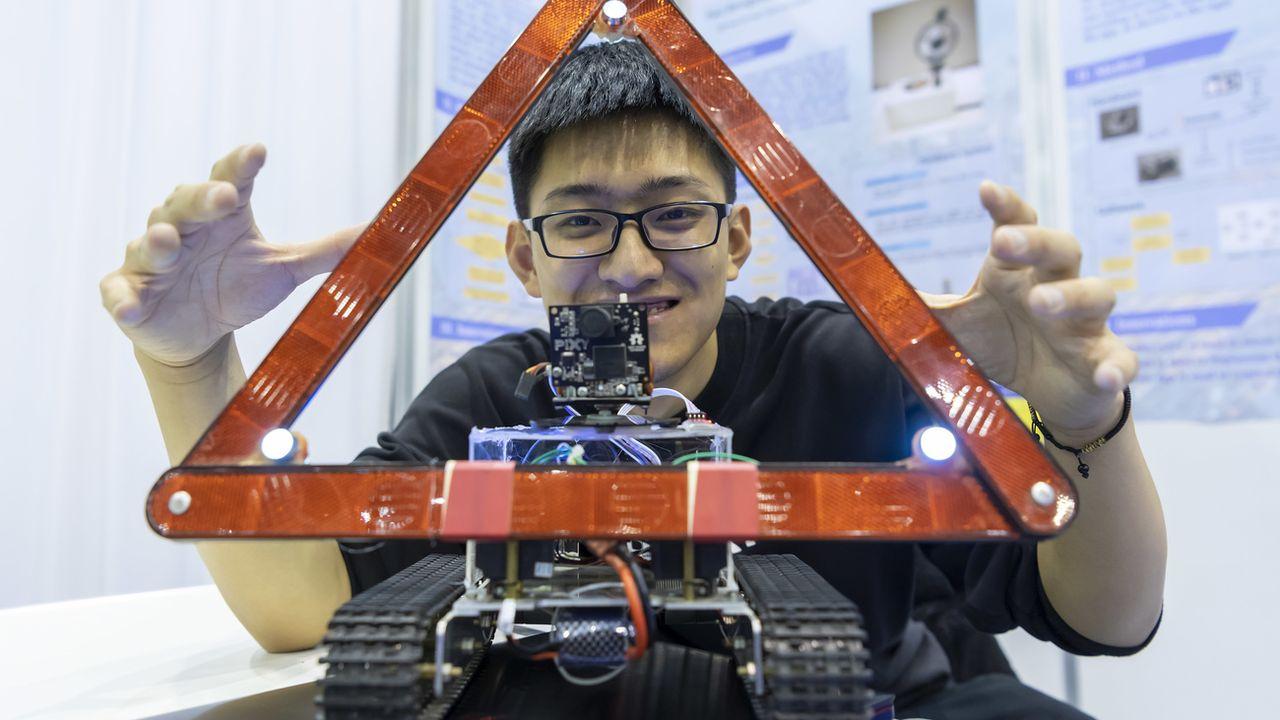 Un inventeur chinois lors de l'édition 2019 du salon à Palexpo. [Martial Trezzini - Keystone]