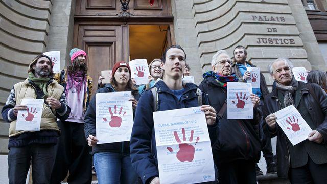 Le militant de Breakfree et ses soutiens devant le Palais de justice à Genève. [Salvatore Di Nolfi - Keystone]
