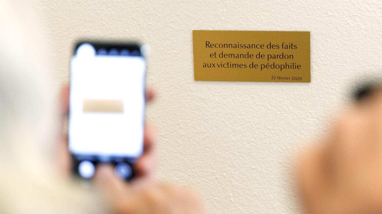 Une plaque commémorative demande pardon aux victimes de pédophilie dans l'Eglise [Cyril Zingaro - Keystone]