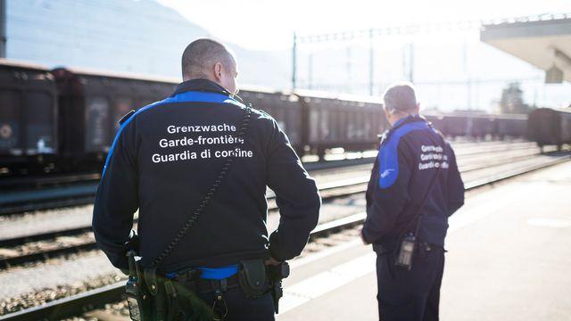Des gardes-frontière suisses à la gare de Buchs (image d'illustration). [Gian Ehrenzeller - Keystone]