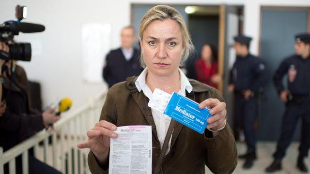 """Irène Frachon, pneumologue, montre une boîte de """"Mediator"""", un médicament prescrit comme coupe-faim jusqu'à 2009 et qui serait la cause d'au moins mille huit cents morts par valvulopathie et des dizaines de milliers de victimes dʹatteintes cardiaques en France. [Marin Bureau - AFP]"""