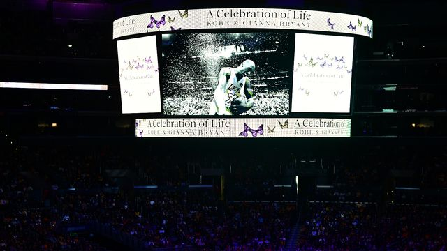 20'000 personnes, émues aux larmes, étaient présentes au Staples Center [Frederic J. Brown - AFP]