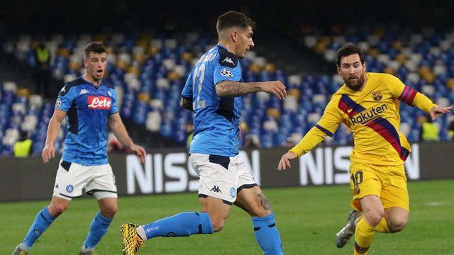 Messi (en jaune) et le Barça n'ont pas eu la vie facile sur la pelouse napolitaine. [Cesare Abbate - Keystone]