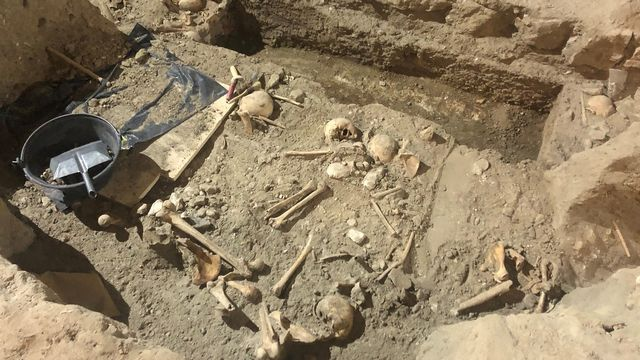 Les fouilles archéologiques dans les entrailles de la Collégiale à Neuchâtel. [Deborah Sohlbank - RTS]