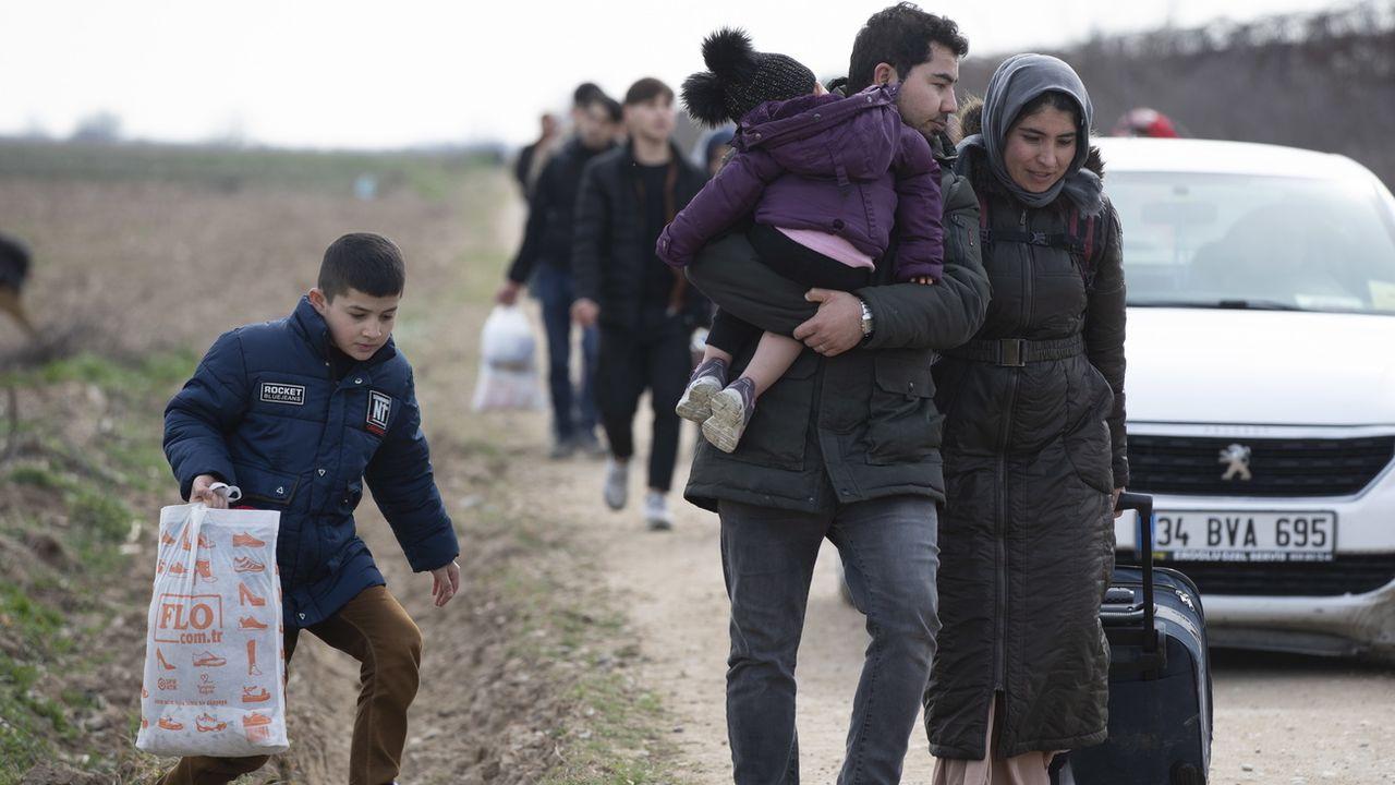 Des réfugiés ont franchi la frontière entre Turquie et Grèce vendredi à Edirne. [Tolga Bozoglu - Keystone]