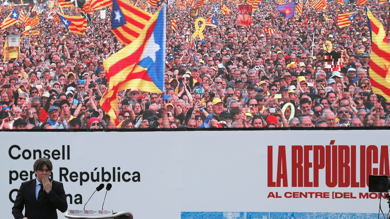 Carles Puigdemont envoie un baiser à la foule qui est venue l'acclamer à Perpignan. [Nacho Doce - Reuters]