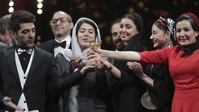 L'équipe du film a reçu le prix en lieu et place du réalisateur, interdit de sortie d'Iran. [Michael Sohn - AP Photo/Keystone]