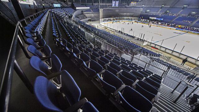 Silence de cathédrale lors du match de hockey fermé au public en raison du coronavirus, le 29 février au Hallenstadion de Zurich. [Walter Bieri - KEYSTONE]