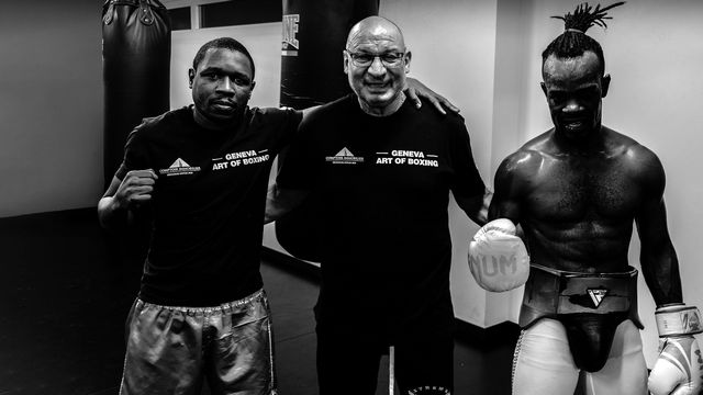 Le boxeur professionnel Patrick Kinigamazi (gauche), son entraîneur Giorgio Costantino (au centre), et Cédric Kassongo (droite). [Tristan Miquel - RTS]