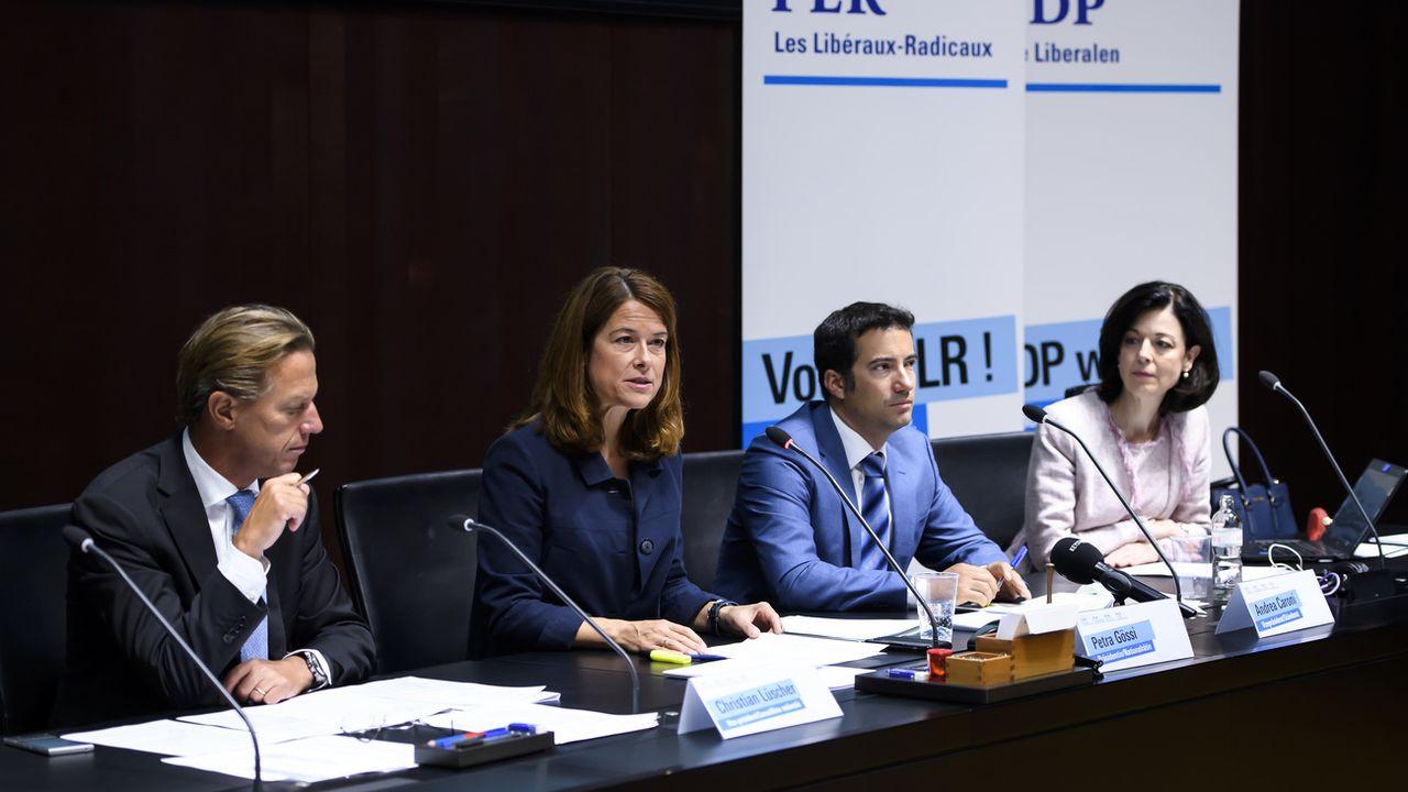 La conférence de presse du PLR en août 2019. De gauche à droite: Christian Lüscher, vice-président, Petra Gössi, présidente, Andrea Caroni, vice-président et Regine Sauter, vice-présidente. [Anthony Anex - KEYSTONE]