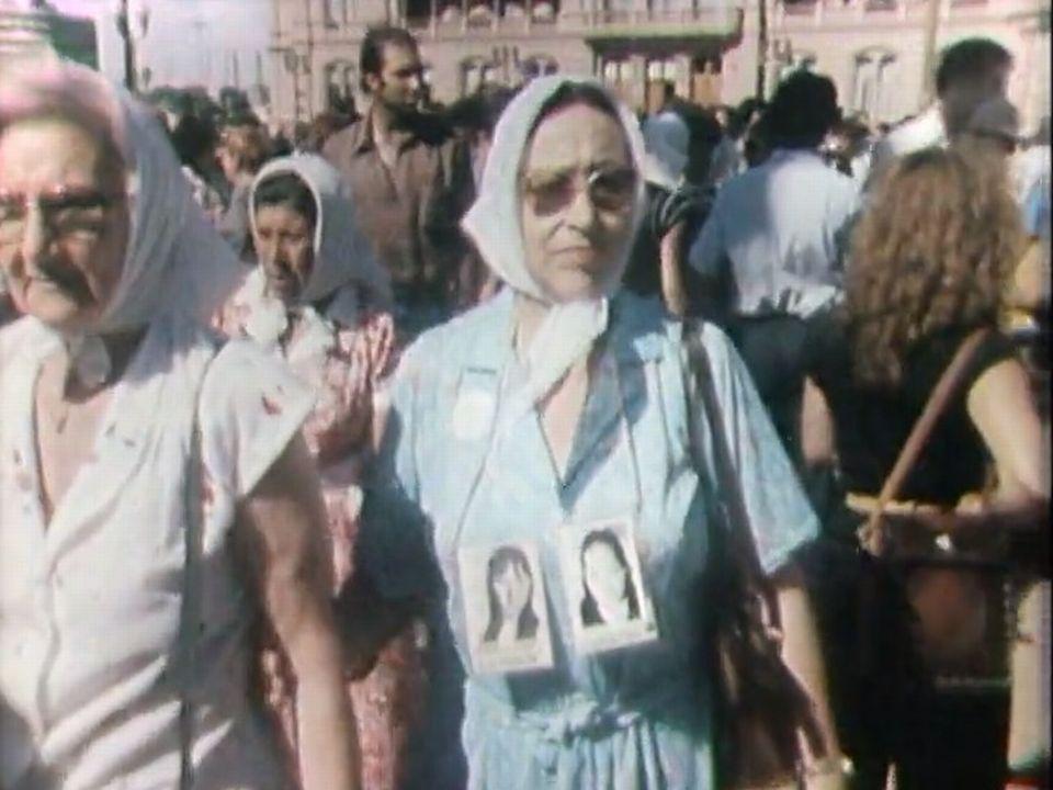 Manifestation des Mères de la Place de Mai en 1985. [RTS]