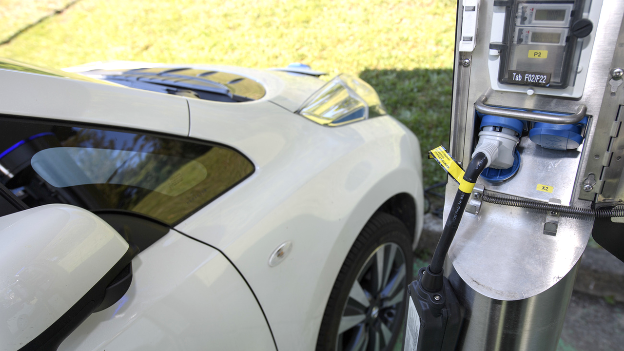 Lucerne est d'accord pour installer des bornes de recharge sur les grandes aires de stationnement. [Martial Trezzini - Keystone]