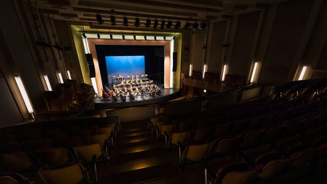 Le violoniste Renaud Capuçon et l'Orchestre de Chambre de Lausanne, lors d'un concert sans public en raison du coronavirus, le 5 mars 2020 à Lausanne. [Jean-Christophe Bott - Keystone]