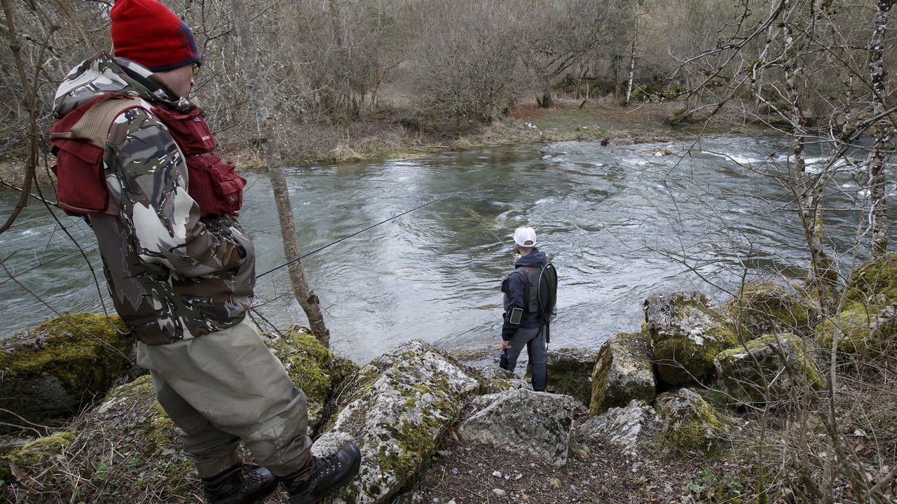 Des pêcheurs au bord de la rivière de l'Allandon, à Dardagny près de Genève. [Salvatore Di Nolfi - Keystone]