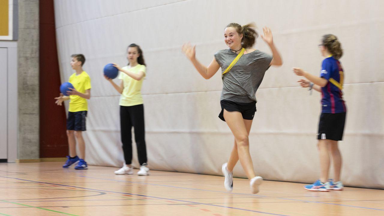 Les élèves du secondaire II font-ils assez de sport à l'école? [Gaetan Bally - Keystone]