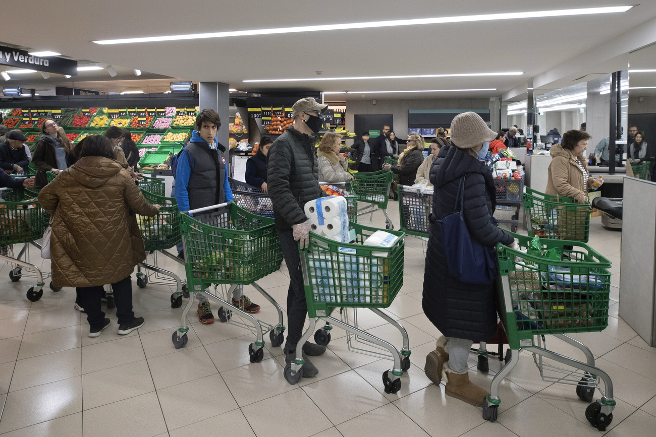 File d'attente dans un supermarché à Madrid