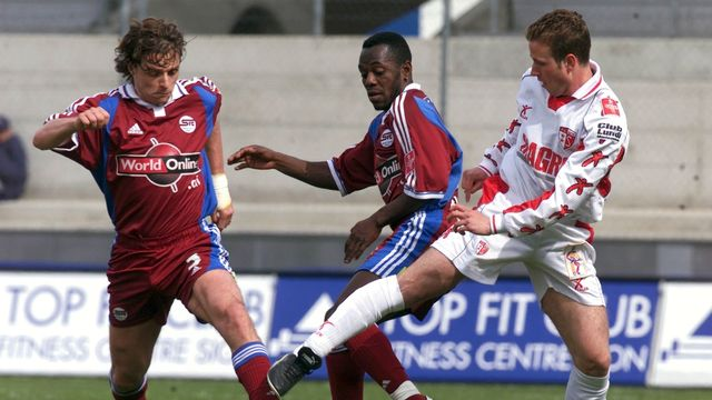 Le 19 avril 2001, un jeudi, les Servettiens Sébastien Fournier et Wilson Oruma avaient affronté le Sion de David Marazzi à huis clos. [Laurent Gillieron - Keystone]