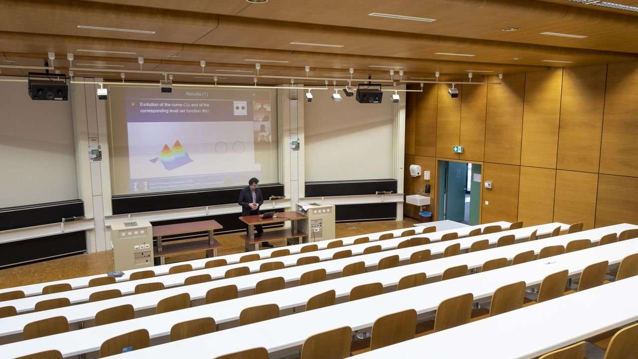 Le professeur de l'EPFL Jean-Philippe Thiran donne un cours par vidéoconférence à ses étudiants. [Jean-Christophe Bott - Keystone]