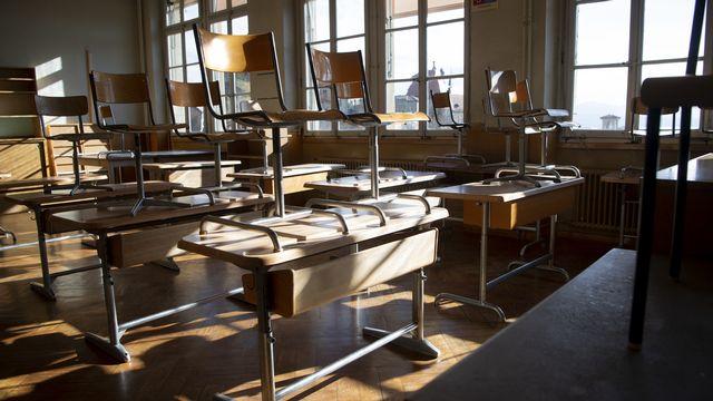 Les écoles vont fermer durant plusieurs semaines en Suisse. [Jean-Christophe Bott - Keystone]