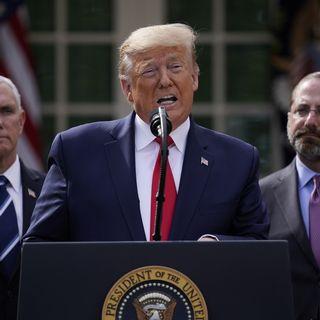 Donald Trump, très entouré, s'est exprimé depuis les jardins de la Maison Blanche. [Evan Vucci - AP/Keystone]