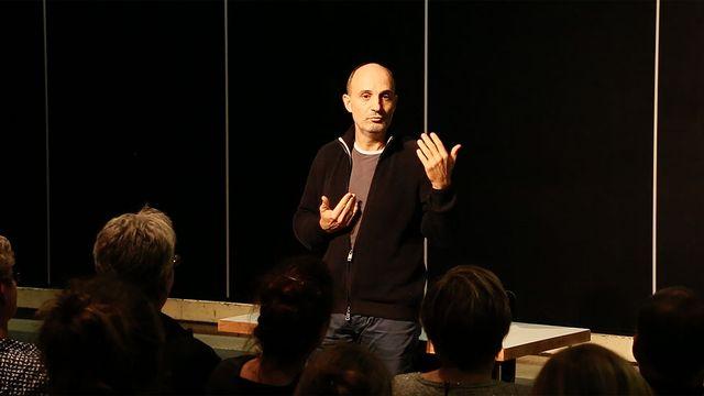 """Le comédien Pierre Mifsud lors de sa """"Conférence de choses"""". [2bcompany.ch]"""