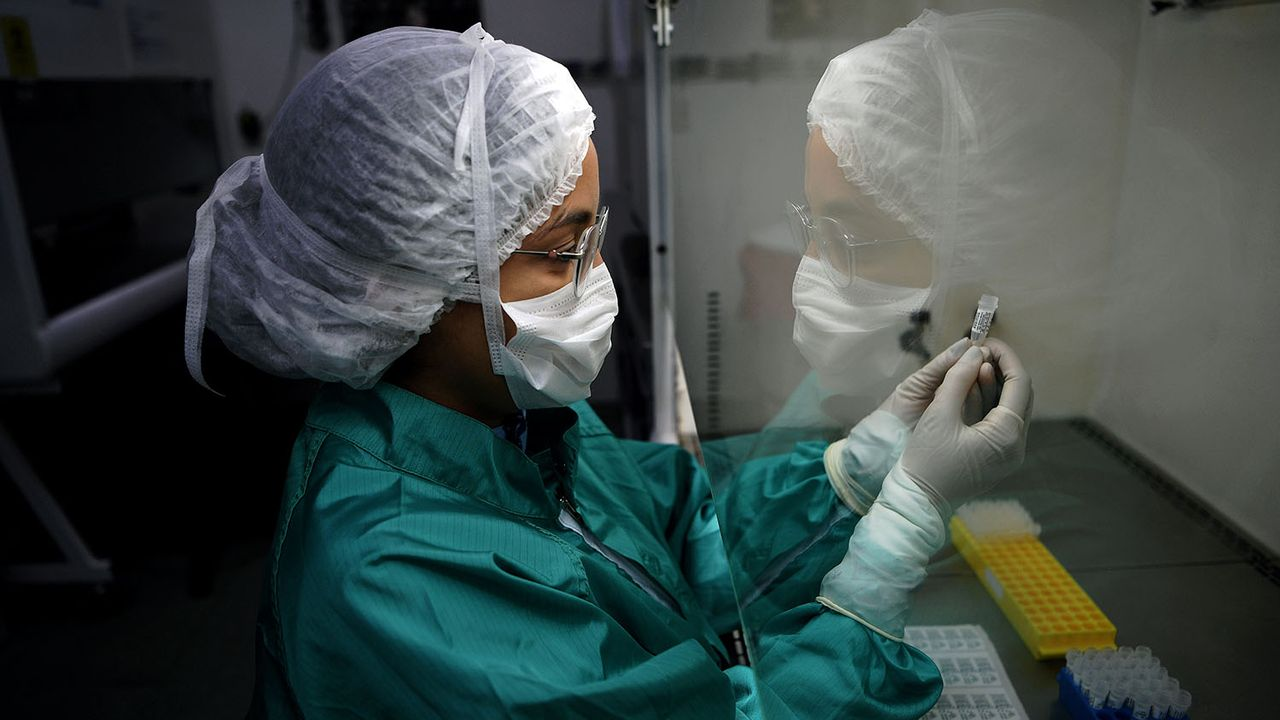 La mise au point d'un traitement ou d'un vaccin prendra du temps. [Carl De Souza - AFP]