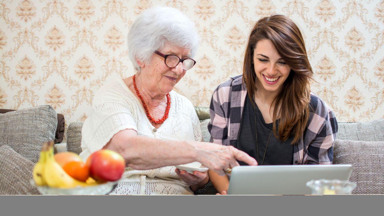 Les réseaux sociaux aident à rester en lien depuis la maison. [Bojan - Fotolia]