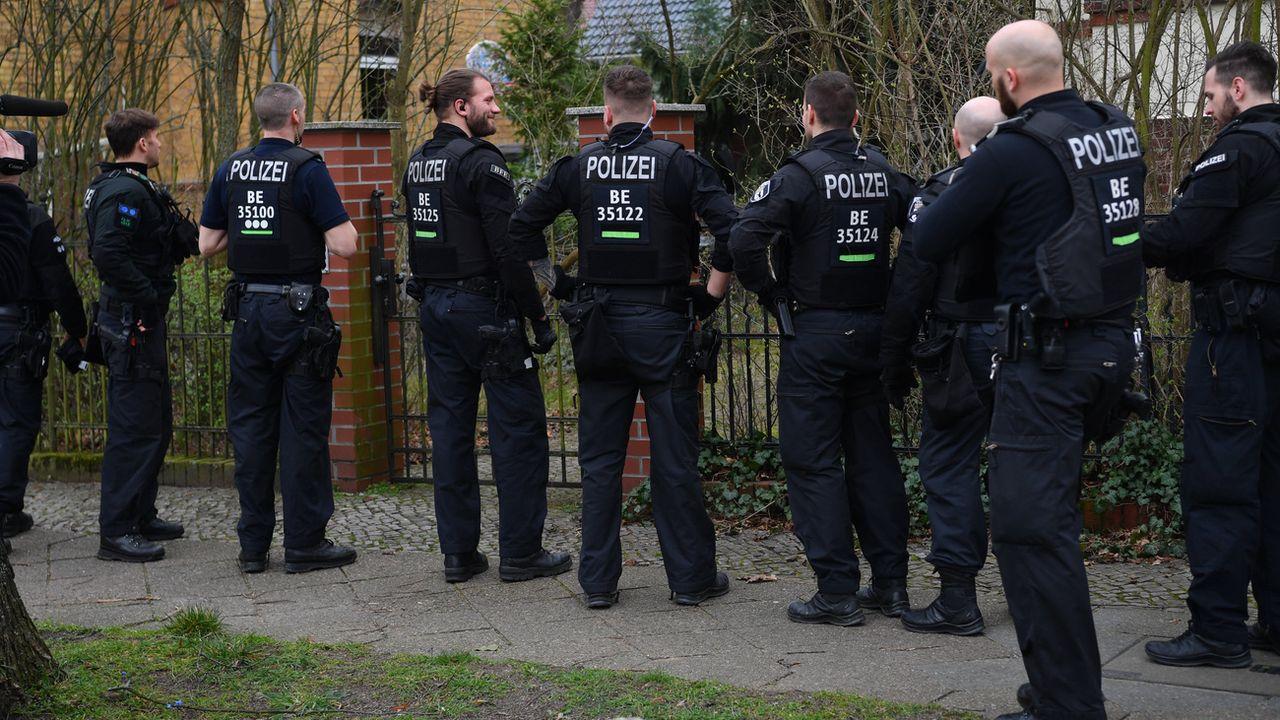 """Des policiers berlinois s'apprêtent à mener une perquisition contre des """"Reichsbürger"""". [Paul Zinken - Keystone/DPA]"""