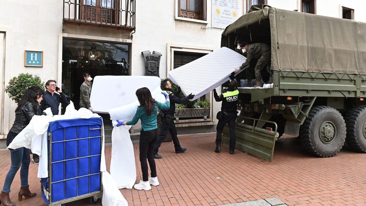 L'armée livre des équipements hospitaliers dans un hôtel d'Alcala de Henares, dans la région de Madrid. [Fernando Villar - EPA/Keystone]