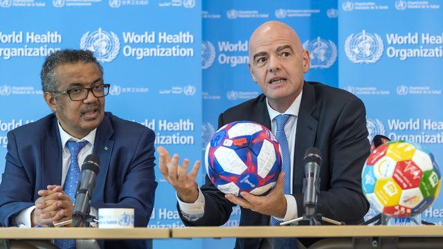 Gianni Infantino, ici avec Tedros Adhanom Ghebreyesus, le directeur général de l'OMS, espère un nouveau football. [Martial Trezzini - Keystone]