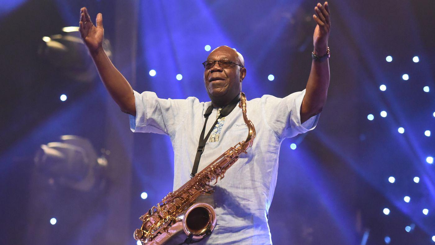 Manu Dibango durant un concert à Abidjan en 2018.