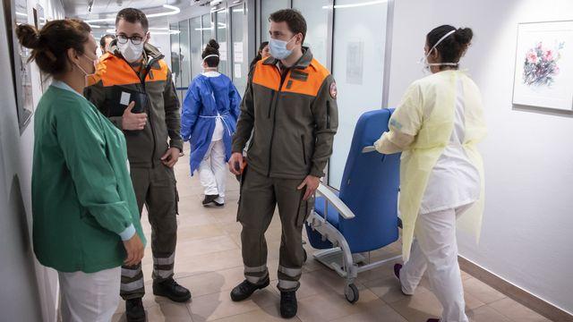Membres de la Protection civile en renfort à l'Hôpital de Morges, 20.03.2020. [Jean-Christophe Bott - Keystone]