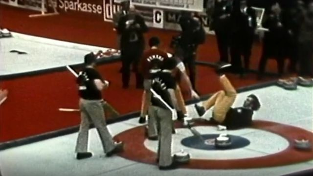 "La chute de l'Américain LaBonte. [Source: Compte Youtube ""Curling Clips"" - The 'curse' of LaBonte - RTS]"