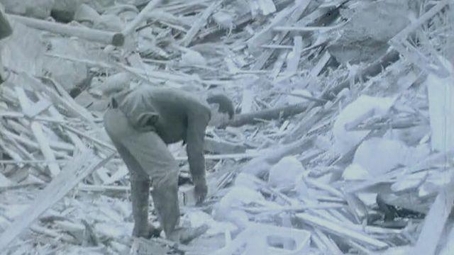 Hommes fouillant dans les gravats sur le lieu de la catastrophe de Mattmark, 1965. [RTS]