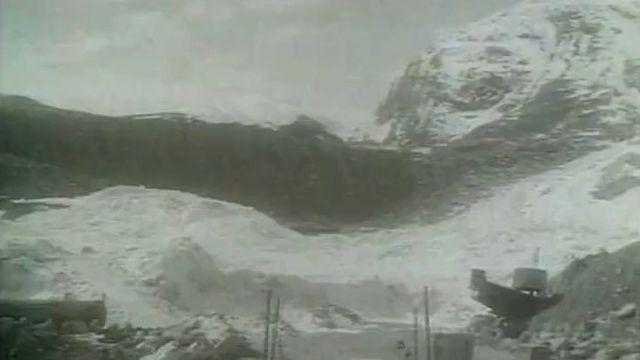 Les baraquements du chantier du barrage de Mattmark ensevelis sous la neige du glacier d'Allalin, 1965
