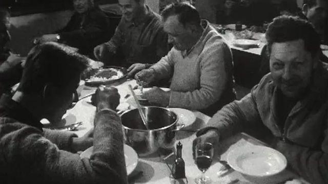 L'heure de la cantine pour les ouvriers du chantier de Mattmark, 1964