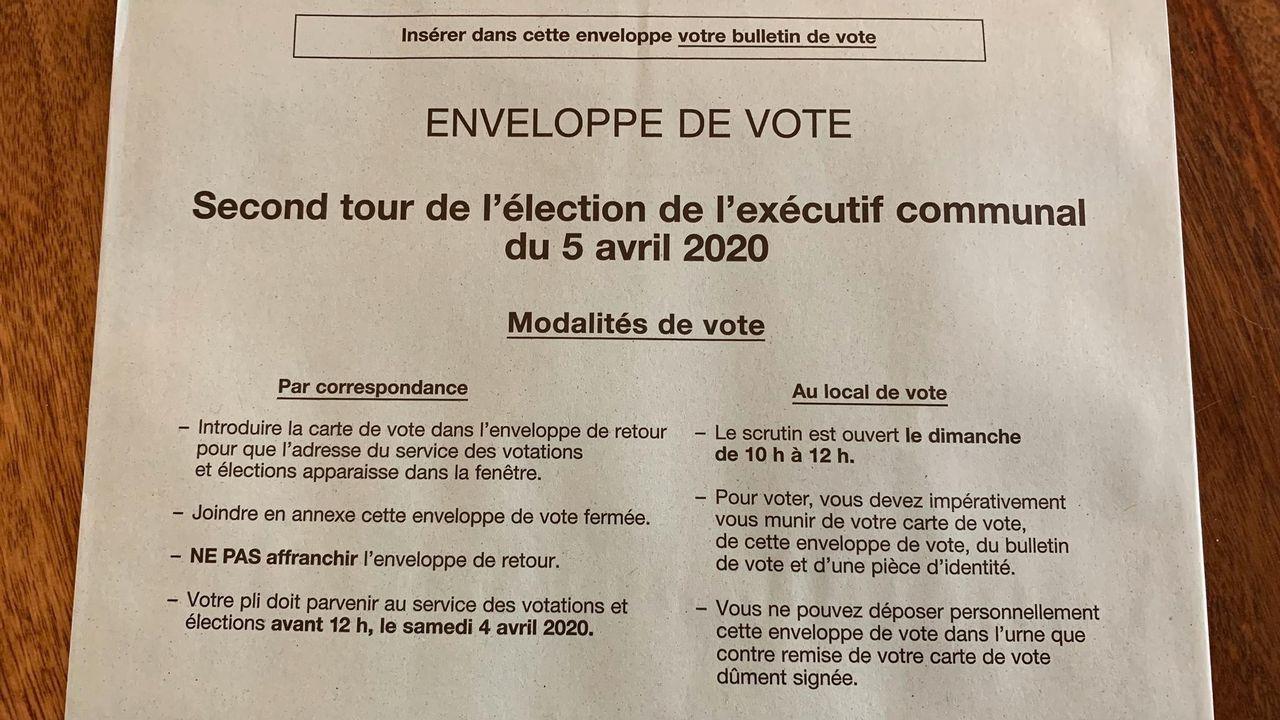 Le matériel de vote qui autorise les électeurs genevois à se rendre au local de vote le 5 avril 2020. [Raphaël Leroy - RTS]