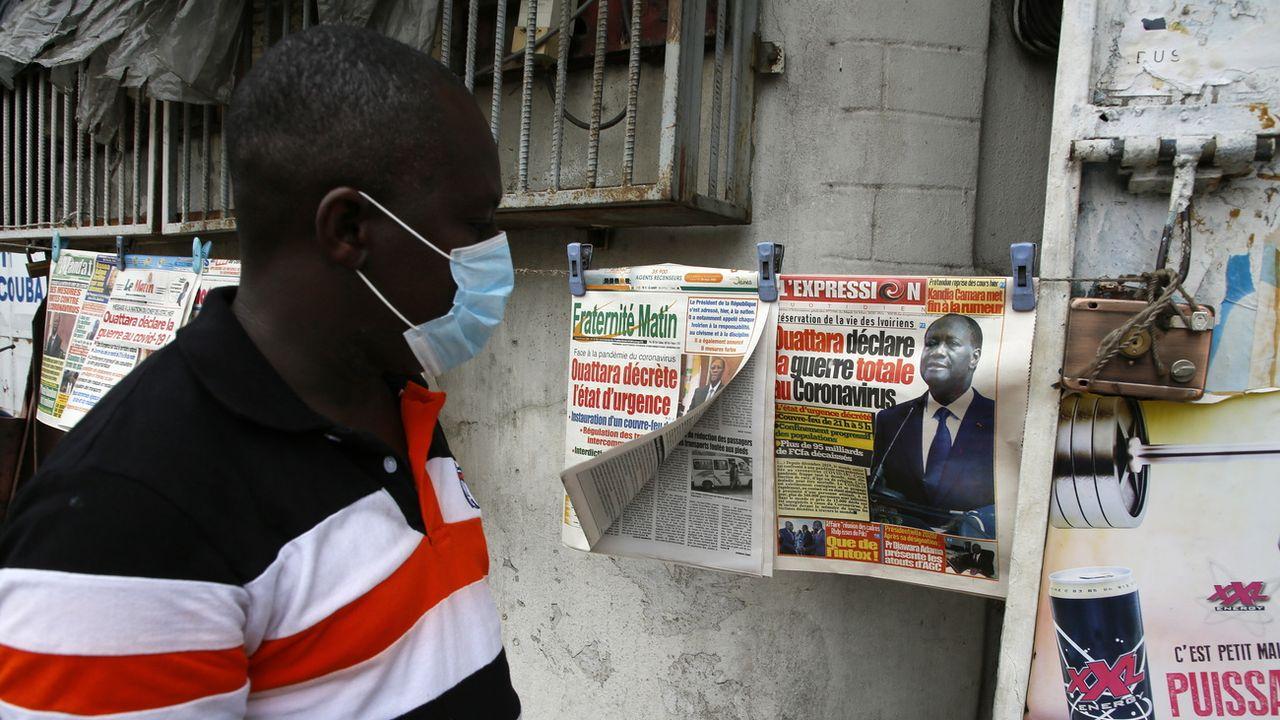 Un homme porte un masque d'hygiène en prévention à Abidjan en Afrique, afin de se protéger du coronavirus. [Legnan Koula - Keystone]