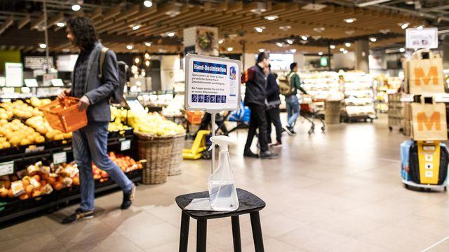 Le supermarché est l'un des derniers lieux où l'on se croise... de loin. [Alexandra Wey - Keystone]