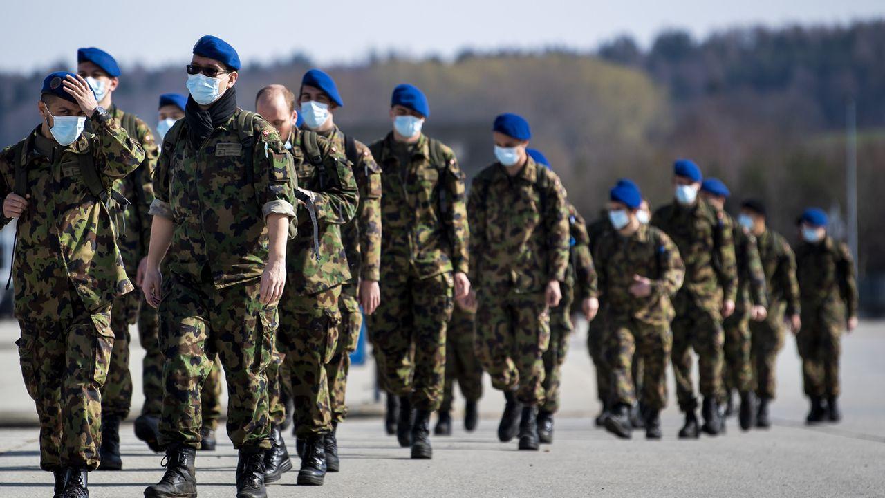 Des soldats de la division territoriale 1 photographiés le 21 mars dernier sur la place d'armes de Bière. [Jean-Christophe Bott - Keystone]