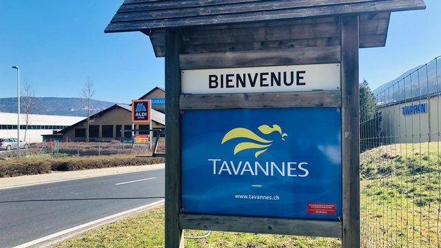 Un panneau souhaitant la bienvenue à Tavannes. [Karine Vasarino - RTS]