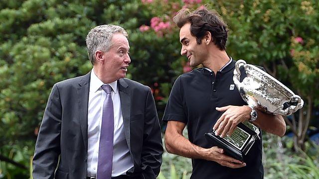 Craig Tiley avec Roger Federer en 2017 après la victoire du Suisse à l'Open d'Australie. [Saeed Khan - AFP]