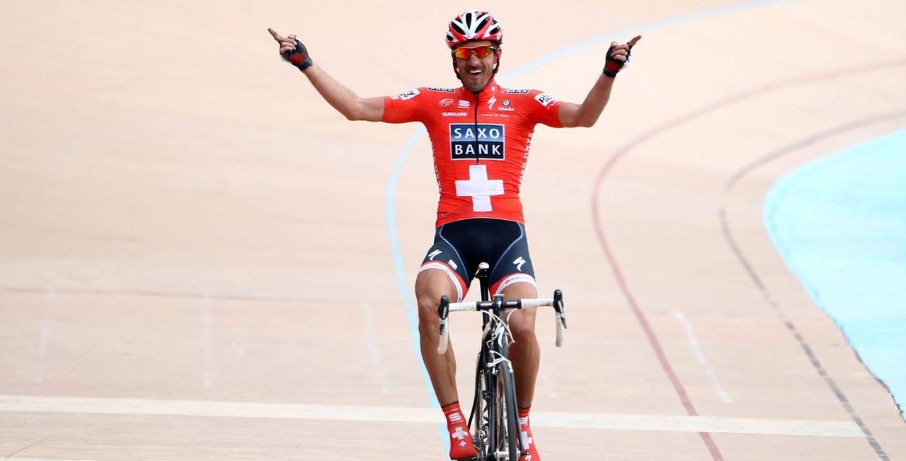 Maillot de champion de Suisse sur le dos, Fabian Cancellara ponctua sa folle semaine par un succès en solitaire sur le vélodrome de Roubaix. La classe! [Dirk Waem - Keystone]