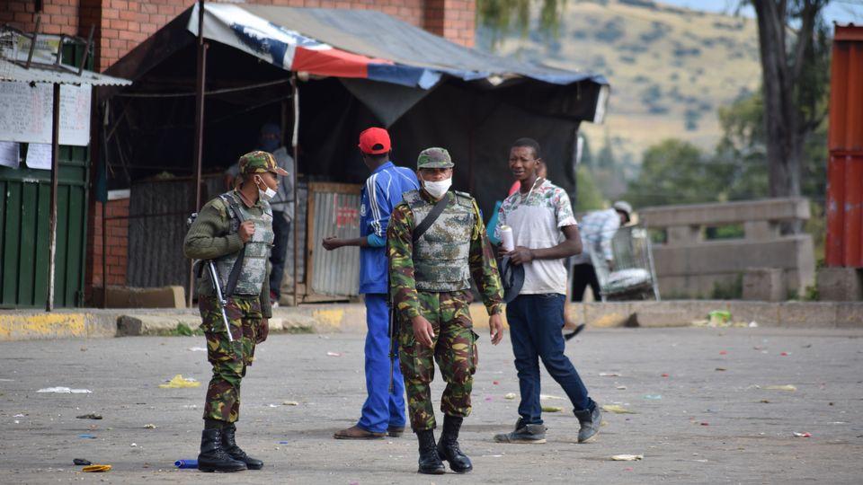 Des soldats dans les rues de Maseru font en sorte que le confinement national soit respecté. Lesotho, le 20 mars 2020. [Molise Molise - afp]