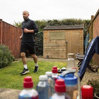 Athlétisme: un lanceur de javelot écossais court un marathon dans son jardin