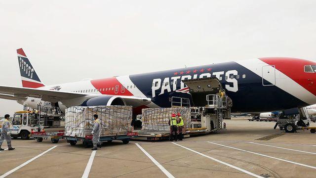 L'avion des Patriots a chargé les masques à l'aéroport de Shenzhnen. [New England Patriots - Keystone]
