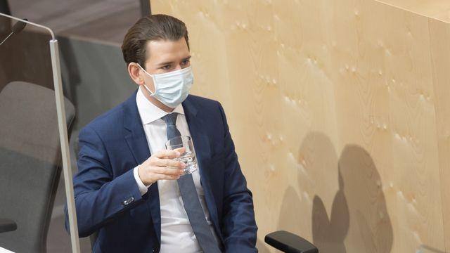 Le Chancelier autrichien Sebastian Kurz porte un masque lors d'une session parlementaire dans le palais Hofburg, à Vienne, le 3 avril 2020. [Christian Bruna - Keystone]