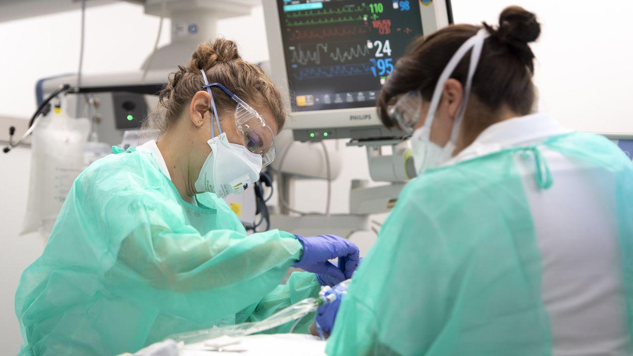 L'obligation d'annonce concerne notamment les masques, gants, blouses et lunettes de protection. [Laurent Gilliéron - Keystone]